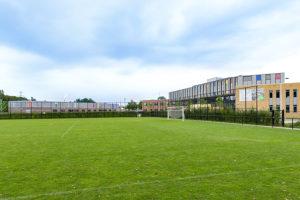 School met links het sportgebouw